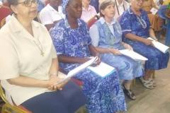 10 Con le sorelle durante la celebrazione Eucaristica