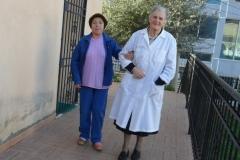 Suor Riccarda accompagna una donna all'ambulatorio