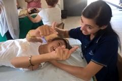 Volontaria facendo fisioterapia
