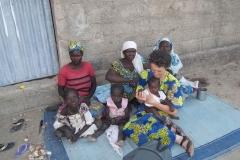 Suor-Francesca-con-donne-e-bambini-sfollati