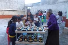 Tutti-in-fila-a-prendere-il-cibo-da-sr.-Maria-Camilla