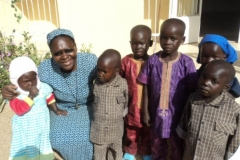 Suor Lucie con i bambini